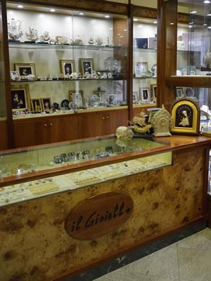 Interni del negozio Il Gioiello a Campo Ligure