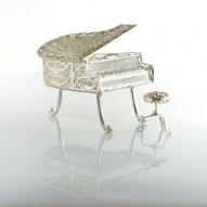 Pianoforte a coda in filigrana bianca con sgabello